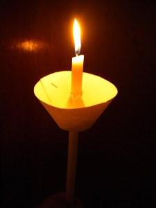 Και η λαμπαδηφόρος, αντί να σταματήσει, εντονοτέρως να ακκίζεται παίρνει και την λαμπάδα στην αγία φλόγα της εγγύτερον φέρνει.