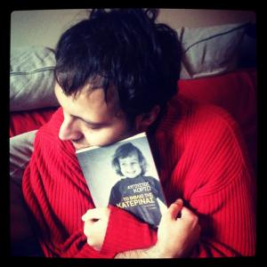 Με το βιβλίο της Κατερίνας στην αγκαλιά