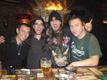 Από αριστερά προς τα δεξιά: Λοΐκ (Γαλλία), εγώ, Ρίμπας-τρελός drummer-guest barman (Ισπανία), Μάττι (Φινλανδία). Κάνε κλικ να ακούσεις τον Ρίμπας να ξεδίνει στα δέρματα